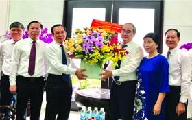 市委書記阮文年贈送鮮花給阮善仁同志。