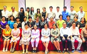 全體校委、老師與熱心教育人士合照。