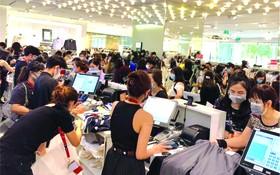 昨(27)日清早,很多人湧入第一郡商業中心以購買促銷商品。