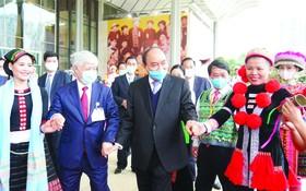 政府總理阮春福與各少數民族同胞親切交流。