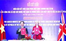 工商部長陳俊英與英國國際貿易大臣特拉斯簽署備忘錄。