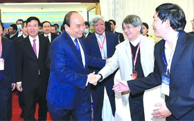 阮春福總理與各代表交流。
