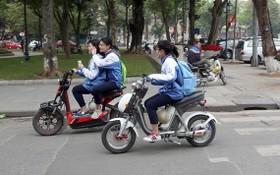 許多學生騎電動摩托車、電動自行車時沒有戴安全帽。