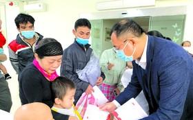 趙騫會長代表向災區病童捐獻愛心。