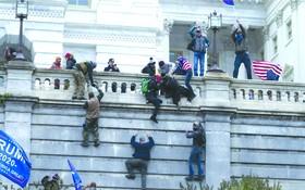 美國總統特朗普的支持者攀牆試圖闖進國會