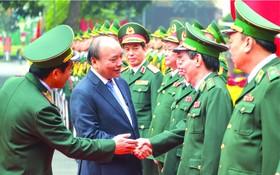 政府總理阮春福看望邊防部隊。