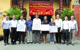 浸石天后宮諸位理事代表向各單位捐贈善款。