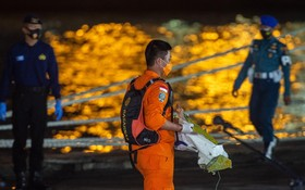 印尼海上悼念失事客機死難者