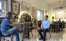 麒麟在自己的陳列空間裏接受越南中央電視台(VTV)記者的採訪。