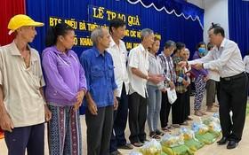 理事會代表派禮物給窮人。