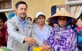 第十一郡東醫會主席陳昶霖醫師(左一)向中部災民贈送賑濟品。