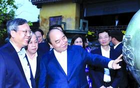 阮春福總理參觀承天-順化古都的文化遺跡。