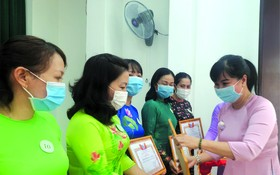 第五郡婦聯會主席陳氏雪幸獎勵出色集體。