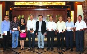 張豐裕先生(左五)代表萬盛發集團 向各華文中心負責人贈送醫保卡代金。