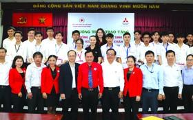 受惠大學生與越南、 胡志明市紅十字會領導 及贊助商合影。
