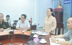 市人民議會主席阮氏麗在古芝縣選舉籌備與展開工作會議上發言指導。