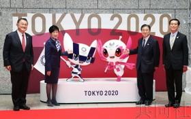 東京揭幕兩個雕像紀念奧運會倒計時100天