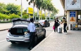 乘客在新山一機場國際航站樓B車道搭乘網約車。