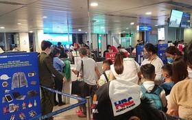 昨(17)日凌晨4時30分在新山一機場,數百名乘客擁擠、寸步難行排長龍到安檢區域。