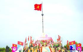 """廣治省舉行""""山河統一""""升旗儀式。"""