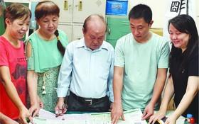 人民藝人張路與學員閱讀週日文藝版。