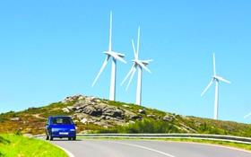 西班牙西北部加利西亞自治區公路邊矗立的風車。
