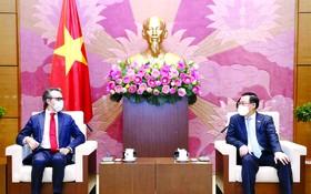 國會主席王廷惠接見前來禮節性拜訪的歐盟(EU)駐越代表團大使喬治‧阿利伯蒂。