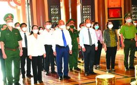 國家主席阮春福率領的國家主席團前往古芝縣濱藥烈士紀念館上香緬懷。