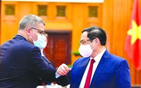政府總理范明政昨(28)日下午在政府辦事處,接見了正在訪問越南的第二十六屆聯合國氣候變化大會(COP 26)主席兼英國商務能源與工業大臣阿洛克‧夏爾馬。