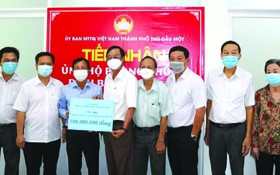 土龍木天后宮理事樂捐善款予土龍木市祖國陣線委員會。