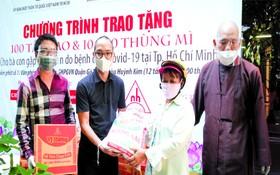 市佛教文化委員會與市越南祖國陣線委會從昨(25)日起至7月4日,將向貧困戶提供輔助以及贈送禮物給受新冠疫情影響的貧困戶。