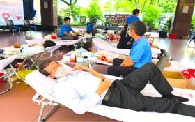 市人文社科大學的員工參加捐血活動。