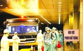 乘客在廣寧省雲屯機場入境。