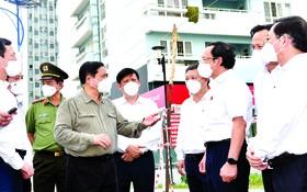 政府總理范明政與市委書記阮文年視察本市隔離區。