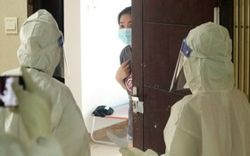 3號野戰醫院醫護人員送餐飲給無症狀確診病例。