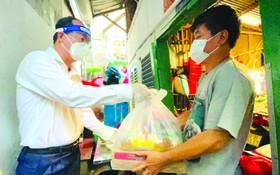 市委副書記阮胡海昨(30)日前往平盛郡第十二坊諾莊隆街290 號巷封鎖區探望及慰問60家貧困民戶及贈送禮物。