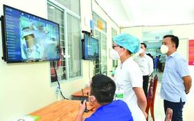 野戰醫院的醫護人員跟進新冠肺炎患者的病情。