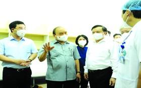國家主席阮春福前往探望河內市若干新冠肺炎病例治療與收容單位、檢疫站。