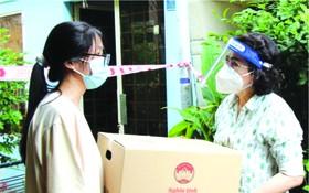 市越南祖國陣線委員會主席蘇氏碧珠到訪第五郡14個受疫情影響的勞動者家庭並贈送援助品。