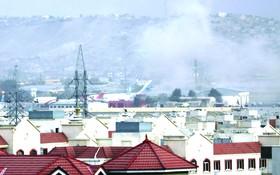 喀布爾國際機場外發生爆炸,現場濃煙滾滾。