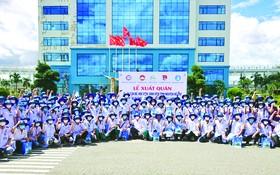 廣義省省委書記裴氏瓊雲與人委會主席鄧文明昨(27)日上午出席為該省34名醫護人員馳援本市抗疫舉行的歡送儀式。