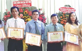 該中心工會主席梁紹光(左三)代表領獎。