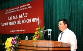 黨中央委員、胡志明政治學院院長阮春勝教授、博士代表學院黨委、學院委員會向《研究胡志明雜誌》編輯部、共事員隊伍和眾多讀者予以祝賀。