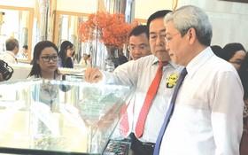 各位領導和代表參觀金銀珠寶飾品店。
