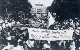 1975.4.30西貢市民夾道迎接解放軍,歡慶祖國統一。(示意圖來源:互聯網)