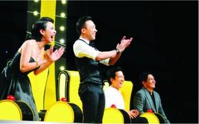 在笑林鬥場中的優秀藝人德盛︵右邊︶和諧星秋莊、鎮城和長江。(圖源:互聯網)