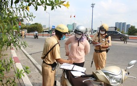交警要求市民停車檢查。