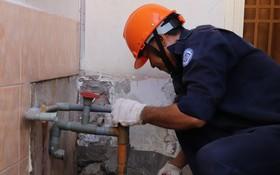 供水部門人員處理水管。