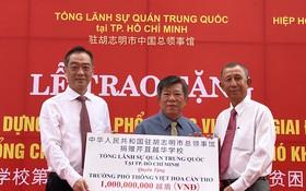 中國駐胡志明市總領事吳駿(左一)代表向芹苴越華學校捐贈第二階段建設經費。