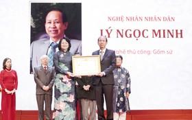 國家副主席鄧氏玉盛向李玉明先生(右)頒授人民藝人稱號。
